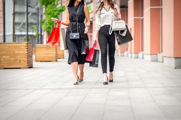 Deux femmes marchant au centre commercial