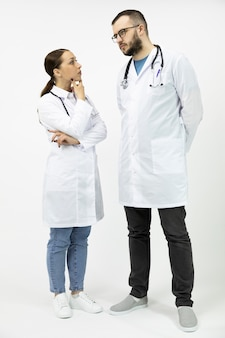 Deux femmes médecins masculines sérieuses discutent du diagnostic médical du patient