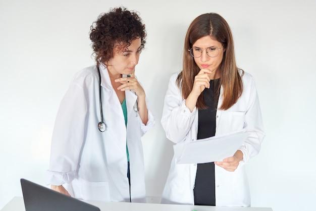 Deux femmes médecins pensant au traitement médical