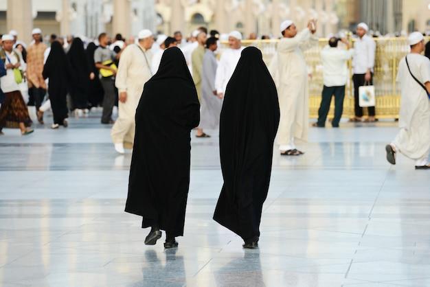 Deux femmes musulmanes marchant