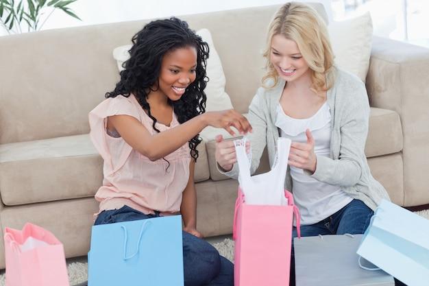 Deux femmes parcourent les sacs à provisions