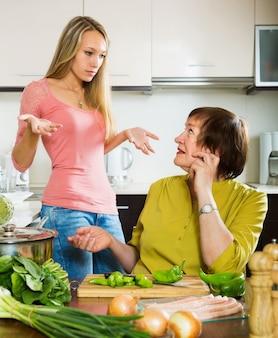 Deux femmes partagent de mauvaises nouvelles