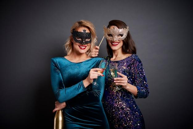 Deux femmes portant un toast au nouvel an