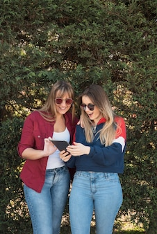 Deux femmes à la recherche sur la maquette de la tablette