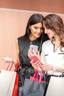 Deux femmes regardant au téléphone intelligent