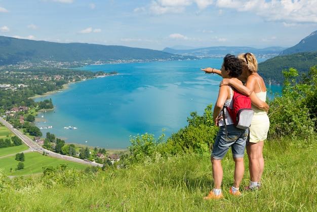 Deux femmes regardant la vue sur le lac d'annecy