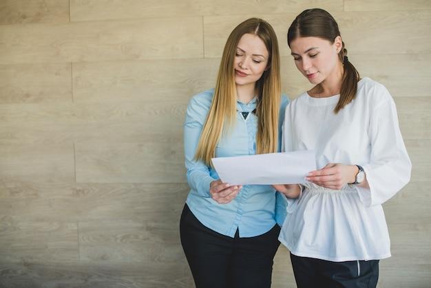 Deux femmes regardent un article