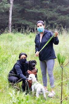 Deux femmes se reposant avec leurs chiens