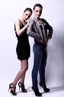 Deux femmes sexy posant
