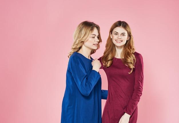 Deux femmes socialisant le mur rose de style de vie de copines.