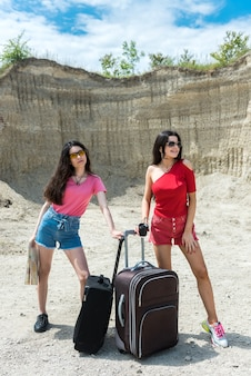 Deux femmes touristes profitent d'un voyage en été. l'aventure comme mode de vie