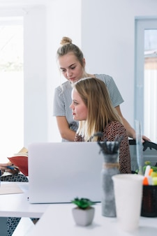 Deux femmes travaillant dans le bureau