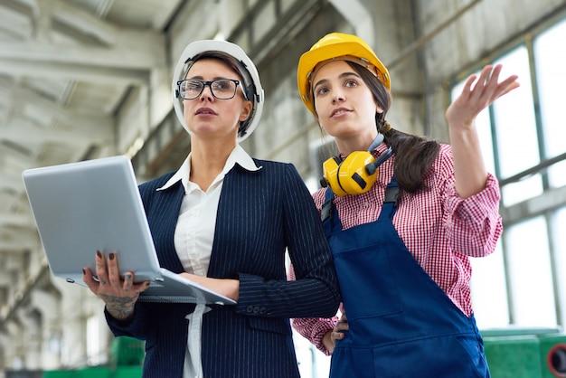 Deux femmes à l'usine de fabrication