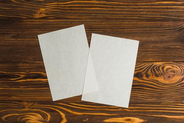 Deux feuilles blanches sur la table en bois