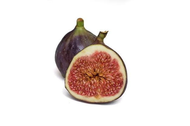 Deux figues juteuses mûres isolés sur fond blanc. vue de face. un fruit dans son intégralité, l'autre photo en section