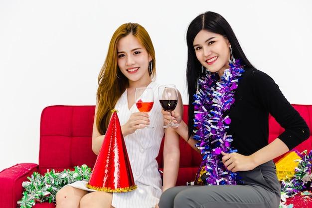 Deux fille tenant le concept de parti verre verre de vin
