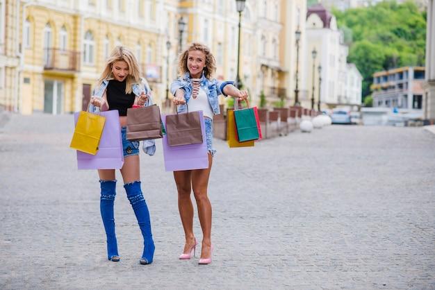 Deux, filles, achats, sacs, poser