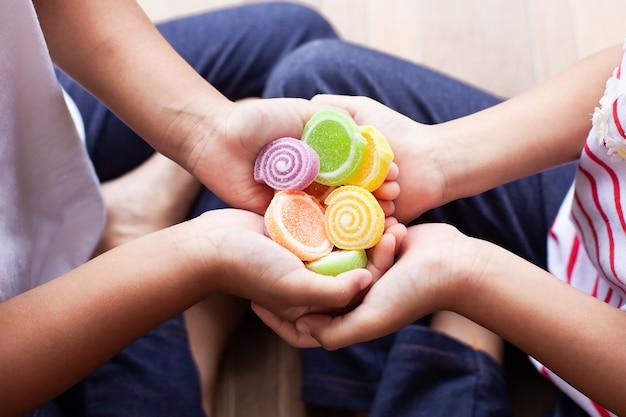Deux filles asiatiques tenant des bonbons sucrés dans leurs mains