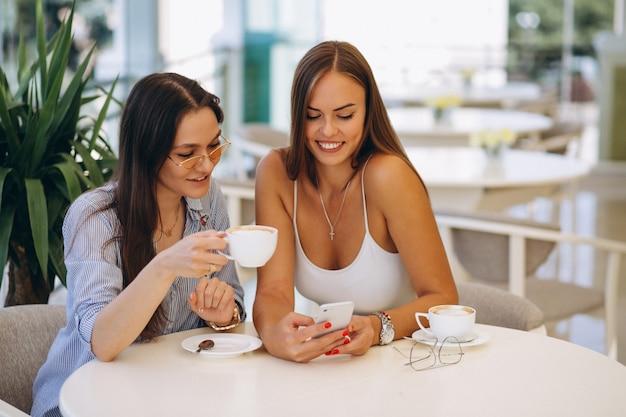 Deux filles au café prendre le thé