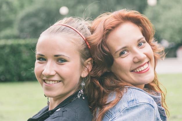 Deux filles au parc de tallinn