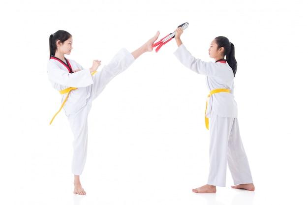 Deux filles ayant une formation de taekwondo