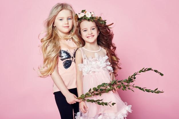 Deux filles brillantes d'été regardent de beaux vêtements.