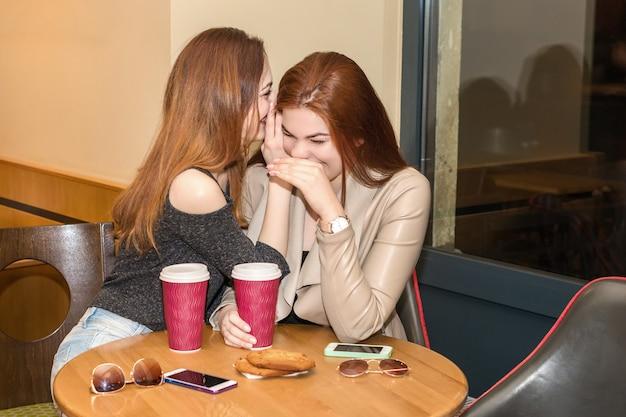 Deux filles, commérages, dans, a, café, barre