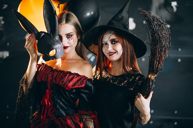 Deux filles en costumes d'halloween