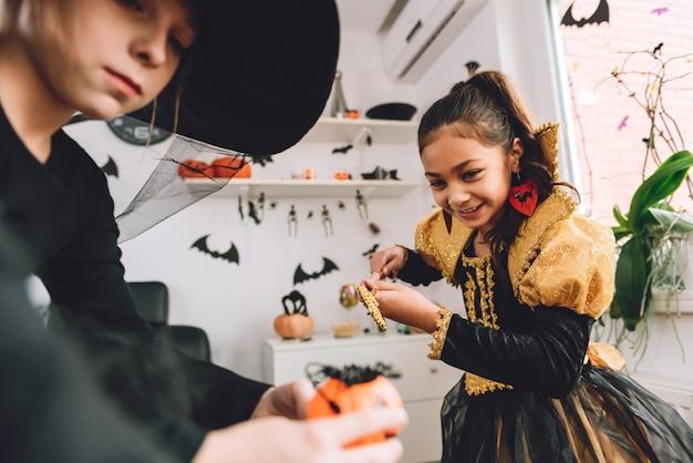 Deux filles en costumes