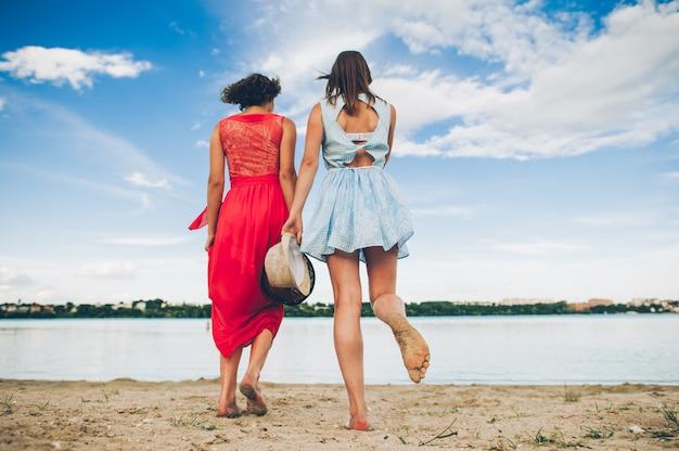 Deux filles courent dans l'eau