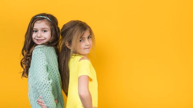 Deux filles, debout, tenant mains, taille