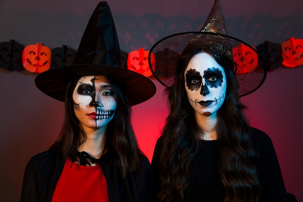 Deux filles effrayantes d'halloween