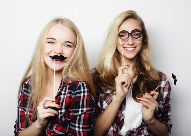 Deux filles élégantes hipster meilleurs amis prêts pour la fête