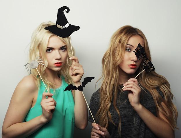 Deux filles élégantes hipster sexy prêtes pour la fête