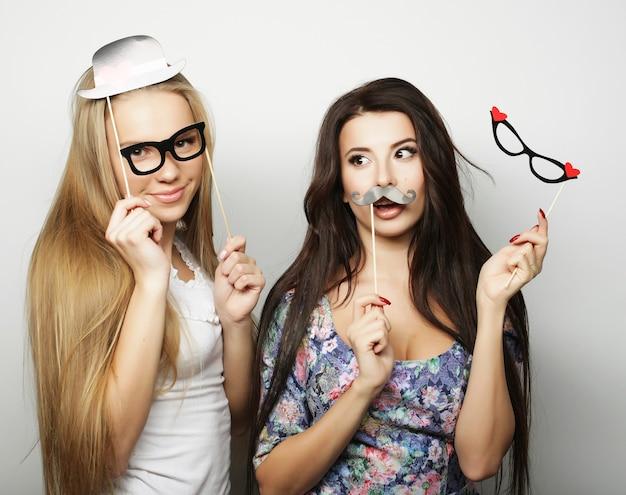 Deux filles élégantes sexy hipster meilleurs amis prêts pour la fête