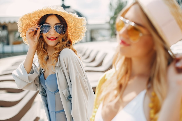 Deux filles élégantes sur une station