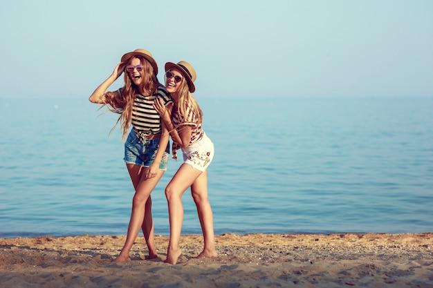 Deux filles européennes s'amusent en été sur la plage