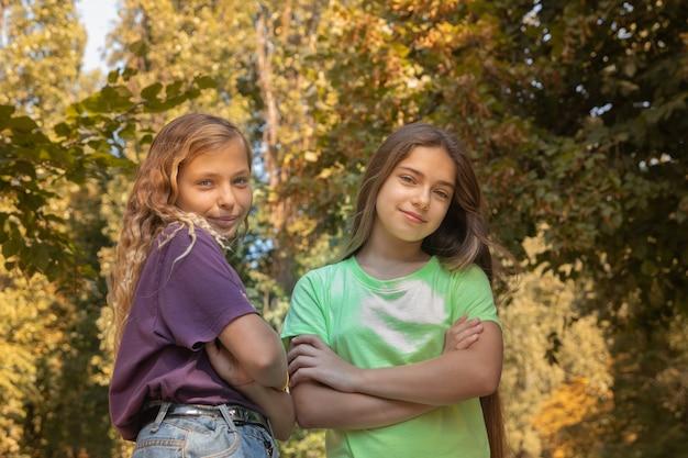 Deux filles à l'extérieur avec un fond de feuillage d'automne. journée internationale de l'enfant des filles