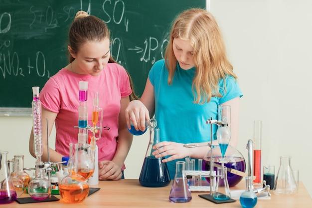 Deux filles faisant des expériences chimiques