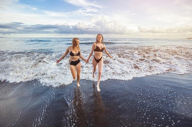 Deux filles fuyant les vagues