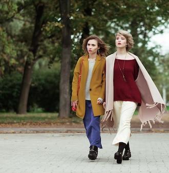 Deux filles gaies dans le parc en automne