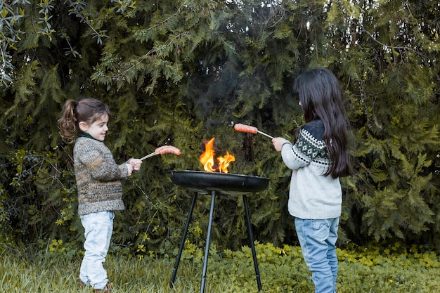 Deux, filles, griller, saucisses, barbecue