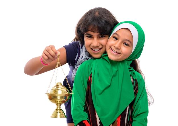 Deux filles heureuses célébrant le ramadan