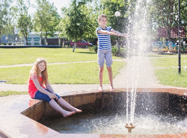 Deux filles heureuses à la fontaine