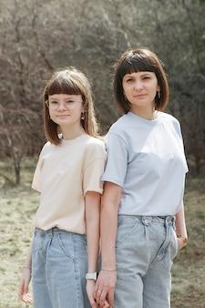 Deux filles heureuses souriant portrait de femmes étreignant le concept de relations dans les amis de la famille...