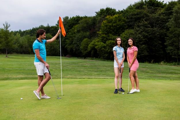 Deux filles et un homme posant pour une photo