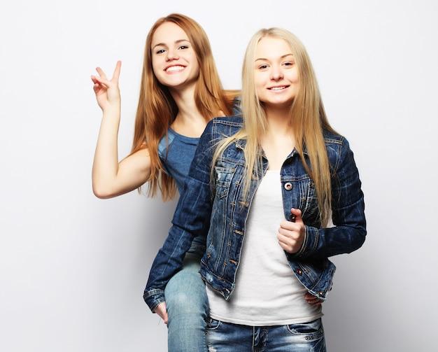 Deux filles jeunes amis