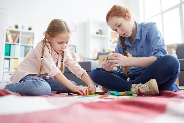 Deux filles jouant avec des jouets à la maison