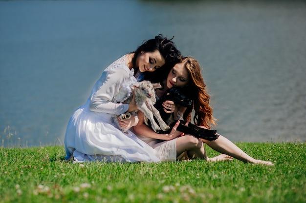 Deux filles sur le lac