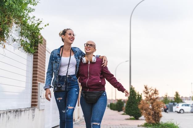 Deux filles marchant dans la rue et s'amusant.